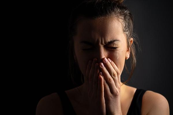 Mulher deprimida triste e chorando