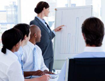 Gestor confiante relata os números de vendas para sua equipe